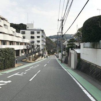 周辺は住宅街。坂の上のお家です。