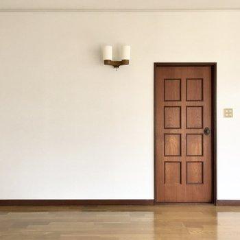 洋室の重厚感あるドア。どこか異国のよう。
