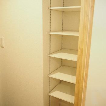 可動式の靴箱は天井まであります※写真は別部屋です