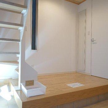 【1階】玄関入りまして。※写真は同間取り別部屋のものです。