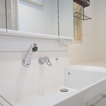 洗面台はおとなりに。※写真は同間取り別部屋のものです。