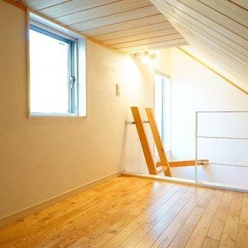 【ロフト】ここにもちゃんと窓があります。※写真は同間取り別部屋のものです。