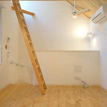 【2階】逆アングル。窓が多くて嬉しい。※写真は同間取り別部屋のものです。