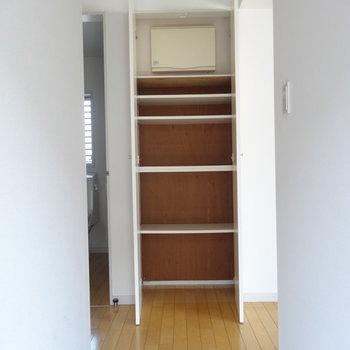 玄関正面に収納 ※写真は3階の同間取り別部屋のものです。