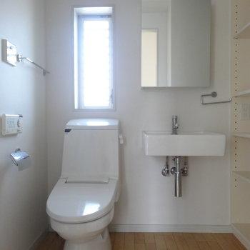 脱衣所兼トイレ ※写真は3階の同間取り別部屋のものです。