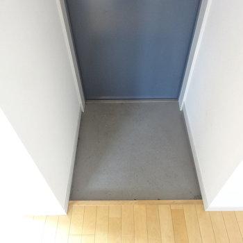 玄関は省スペース ※写真は3階の同間取り別部屋のものです。