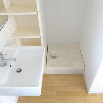 洗濯機はあちらへ ※写真は3階の同間取り別部屋のものです。