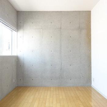 こちらの壁は打ちっぱなし! ※写真は3階の同間取り別部屋のものです。