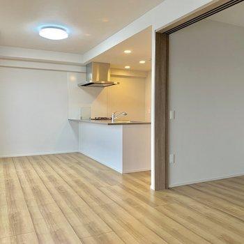 【LDK】テレビはキッチンから見える位置においてもいいですね。※写真は4階の同間取り別部屋のものです