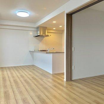 【LDK】テレビはキッチンから見える位置においてもいいですね。※写真は7階の同間取り別部屋のものです