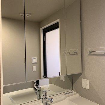 朝のお化粧も、お風呂上がりも頼もしい大きな鏡。※写真は7階の同間取り別部屋のものです