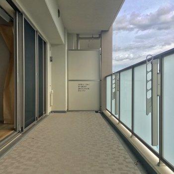 お次はバルコニーへGO!ワイドサイズ!※写真は5階の反転似た間取りの別部屋のものです