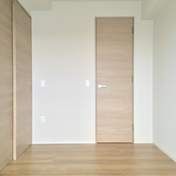 LDKとひと続きにして使ってもいいかもネ。正面の扉は・・・※写真は5階の反転似た間取りの別部屋のものです