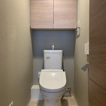 トイレにダウンライト!※写真は4階の同間取り別部屋のものです
