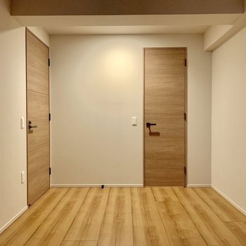 【6.5帖】白い壁にナチュラルな扉、たまらんです。※写真は4階の同間取り別部屋のものです