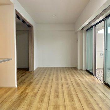 【LDK】広々空間。ソファもローテーブルもよくばって。※写真は4階の同間取り別部屋のものです