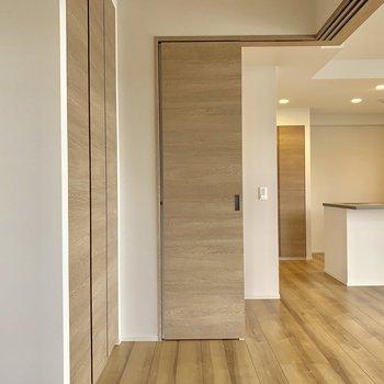 【4.5帖】LDKと隣合わせの洋室。収納部屋でも、こども部屋でもいいですね。※写真は4階の同間取り別部屋のものです