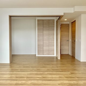 【LDK】床全体のつながりが美しい。※写真は4階の同間取り別部屋のものです