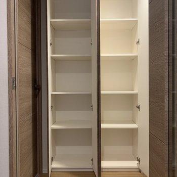 廊下の途中にも収納スペースが※写真は2階の同間取り別部屋のものです
