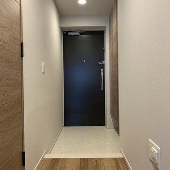 玄関も広めです※写真は2階の同間取り別部屋のものです