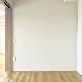 【LDK側4.5帖】柔らかい日が差し込む空間。ちょっとした書斎にするもあり。※写真は4階の同間取り別部屋のものです