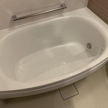 可愛い形の浴槽。2人なら入れるかな?