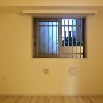 【洋室6帖】小窓からは共用部が見えます。※写真は1階同間取り別部屋のものです