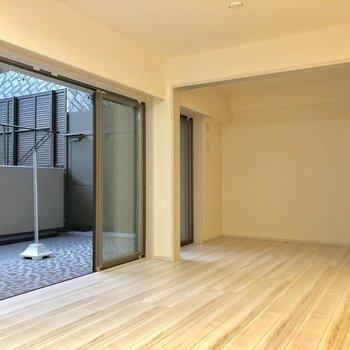 リビングと洋室はスライドドアで仕切ることができます※写真は1階同間取り別部屋のものです。テラスはありません。