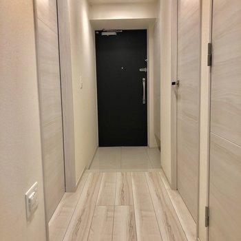 玄関はフラットになっています。※写真は1階同間取り別部屋のものです