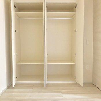 【LDK・4.5帖洋室】右と左でお互いの衣類を分けることができますね。※写真は1階同間取り別部屋のものです