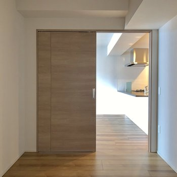 【キッチン側5帖】こちらは窓がありません。寝室はやっぱりこっち?