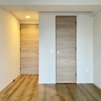 【6.6帖】右側の扉は収納口です※写真は7階の同間取り別部屋のものです
