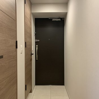 玄関大きめです※写真は7階の同間取り別部屋のものです