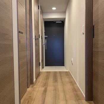 続いては廊下へ。ここににも奥行きが※写真は7階の同間取り別部屋のものです