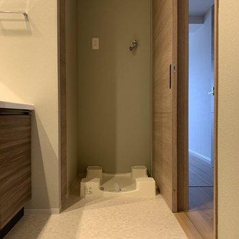 お風呂に入る前に洗濯機※写真は7階の同間取り別部屋のものです