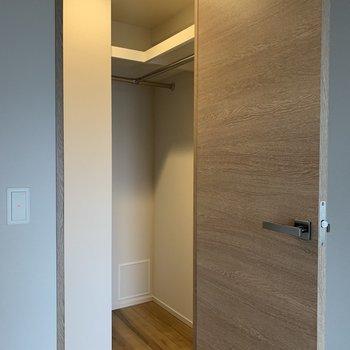 【6.6帖】容量たっぷり!服でいっぱいにしましょう※写真は7階の同間取り別部屋のものです