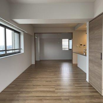 【LDK】再びリビング。窓が多いと嬉しいですよね※写真は7階の同間取り別部屋のものです