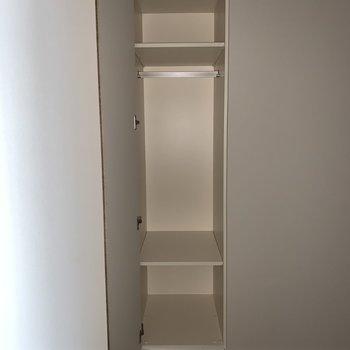 【キッチン側5帖】ちょっとした収納には本を入れても良いですね。※写真は4階の同間取り別部屋のものです