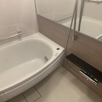 浴槽がホテルのような。※写真は4階の同間取り別部屋のものです