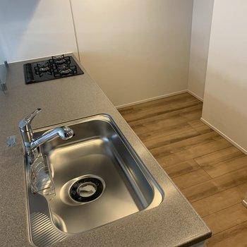 【LDK】冷蔵庫のお隣にレンジ用のラックを設けると良さげです〜※写真は4階の同間取り別部屋のものです