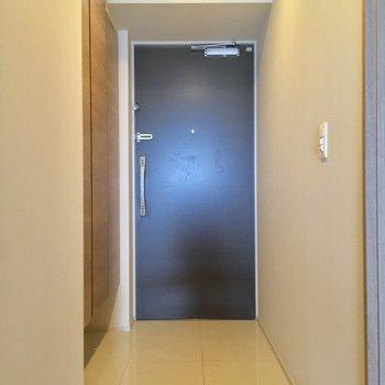 玄関は廊下の1番奥に。広いなぁ※写真は5階の反転似た間取りの別部屋のものです