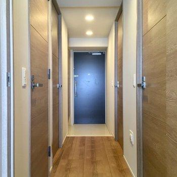 それでは廊下へ出てみましょう。右手の扉は・・・※写真は5階の反転似た間取りの別部屋のものです
