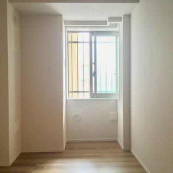 【5帖洋室】玄関側にも洋室が!子供部屋かな?※写真は5階の反転似た間取りの別部屋のものです