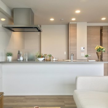 キッチンは憧れの対面カウンターよ〜っ※写真は5階の反転似た間取りの別部屋のものです
