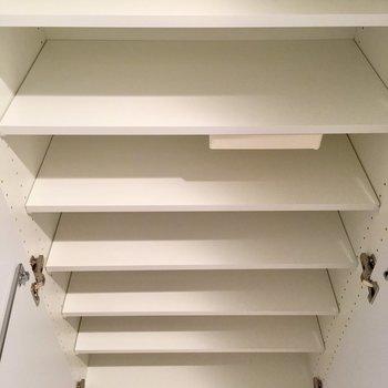 シューズボックスは靴以外もたくさん入る!※写真は5階の同間取り別部屋・前回募集時のものです