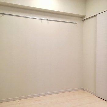 寝室へ。ピクチャーレールありますね。※写真は5階の同間取り別部屋・前回募集時のものです