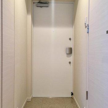 玄関はこちら。左にシューズボックスがあります。※写真は5階の同間取り別部屋・前回募集時のものです