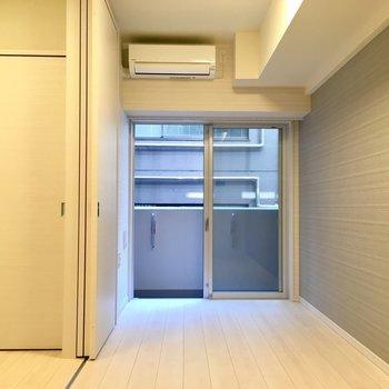 居室に入ると…左の部屋は寝室に。※写真は5階の同間取り別部屋・前回募集時のものです
