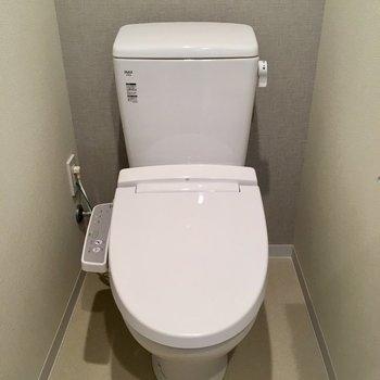トイレはウォシュレット付き。※写真は5階の同間取り別部屋・前回募集時のものです