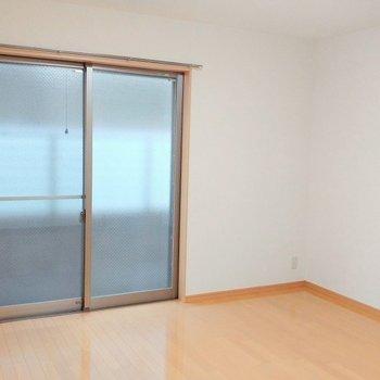 カーテンは何色にしようかな ※写真は1階の同間取り別部屋のものです